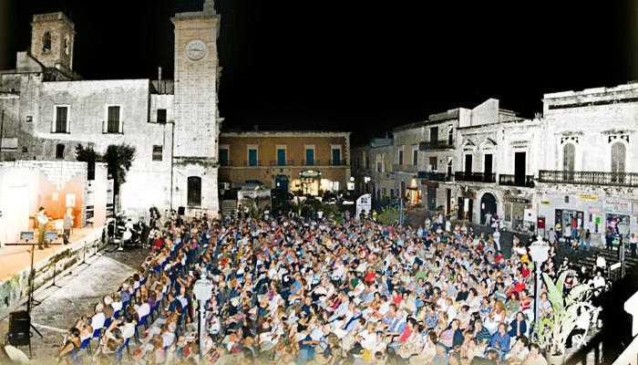 La platea di piazza Garibaldi pronta ad accogliere il Premio Calandra, Platea d'estate e altri eventi. Foto di Francesco Caputo