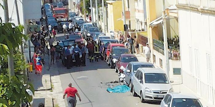 Il corpo del giovane sull'asfalto subito dopo l'incidente