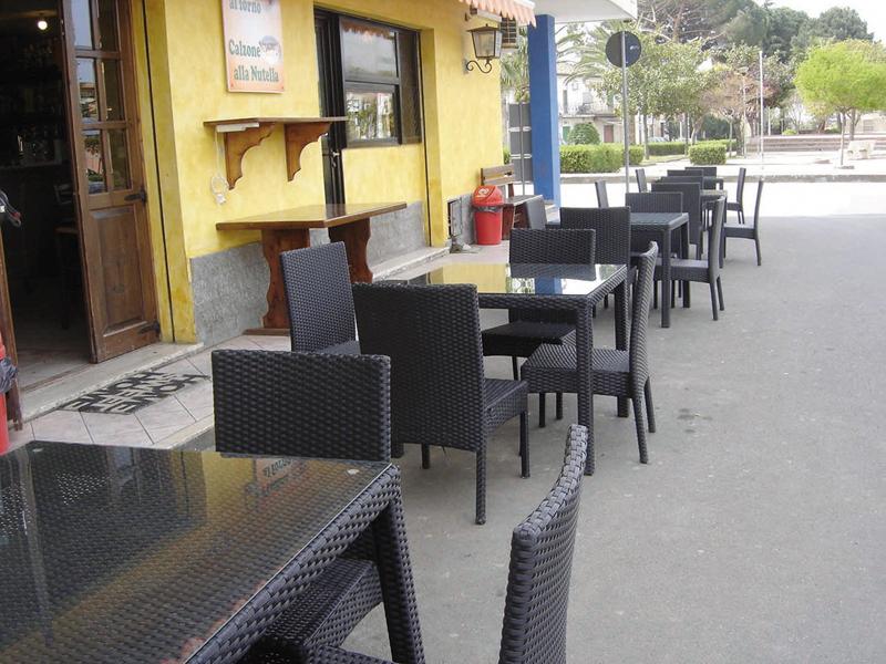 sedie e tavolini all'aperto