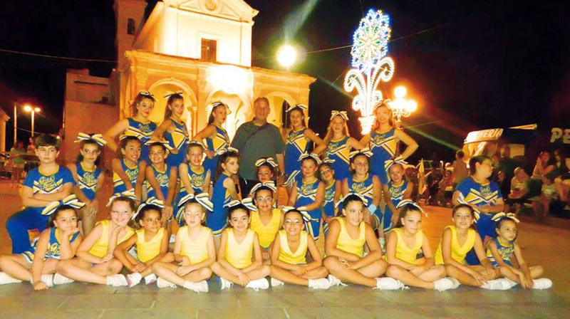 cheerleader-gold-starsSquadra-al-completo-con-don-Gigi-De-Rosa