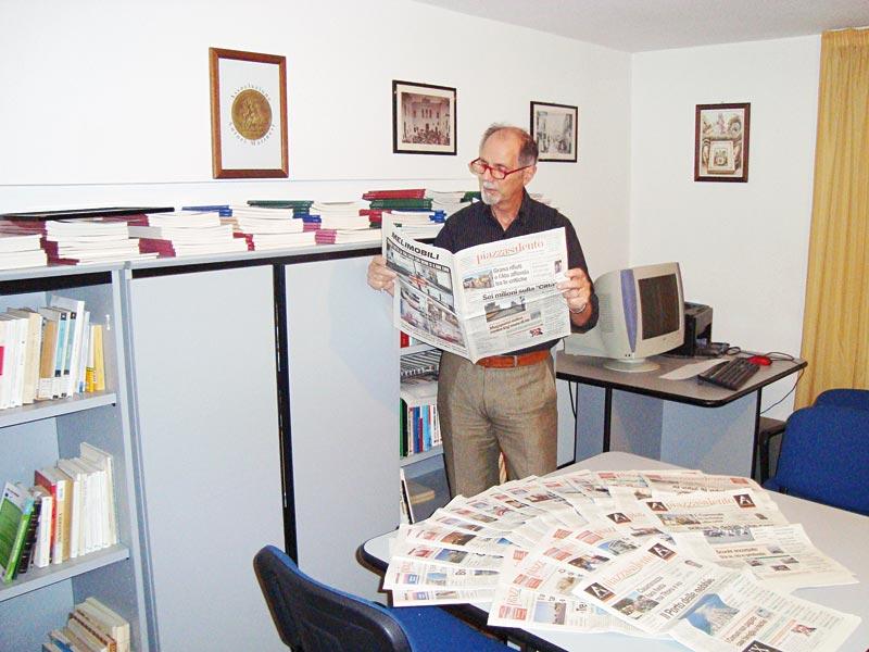 """Cosimo Mudoni nella sede dell'associazione sorta nel 2007 per conservare la memoria storica del paese.  Il centro studi """"Aldo Bello"""" nato nell'associazione, ha lanciato il concorso dedicato al giornalista scomparso"""