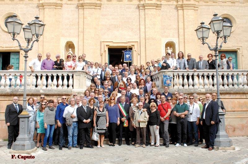 Foto di gruppo sulla scalinata della chiesa matrice
