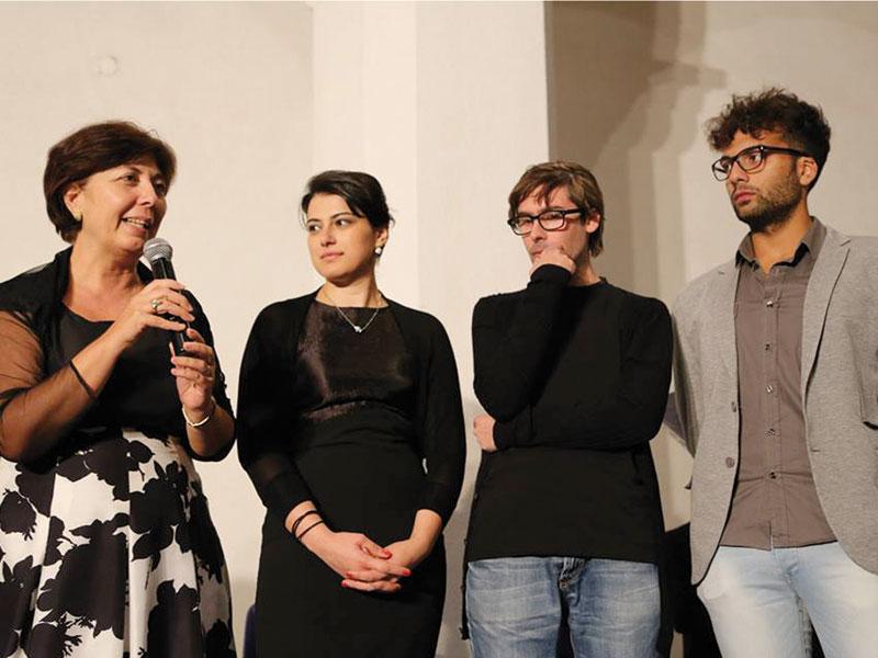 La professoressa Caterina Aprile, da sinistra, premia Sara Donadei, Francesco Rizzo e Antonio Potenza