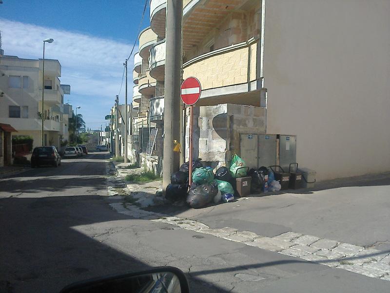 rifiuti in via Cremona a Casarano