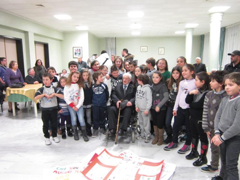 Nonno Cosimo Lezzi insieme agli alunni della 4B istituto elemenatre R. Gentile - matino