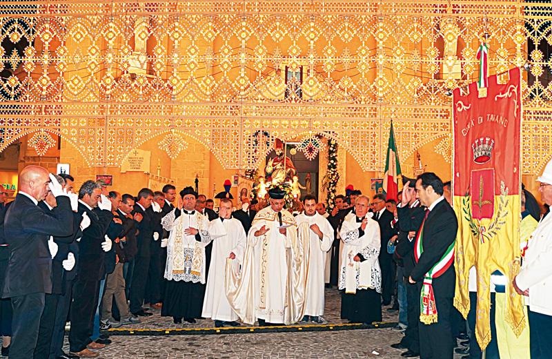 San Martino esce dalla chiesa in processione (Foto Marco Casarano)
