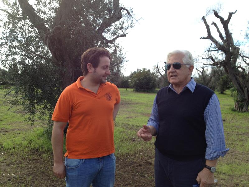 """Federico Manni, della cooperativa Acli di Racale, e Sergio Navone, proprietario dell'azienda in contrada """"La Castellana"""""""