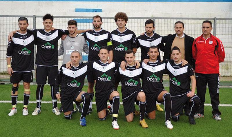 CAMBIO DI ALLENATORE  La squadra nell'attuale formazione.  Il nuovo allenatore è  il taurisanese Totò Preite.