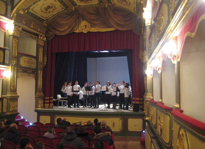 I ragazzi durante l'esibizione al teatro Garibaldi