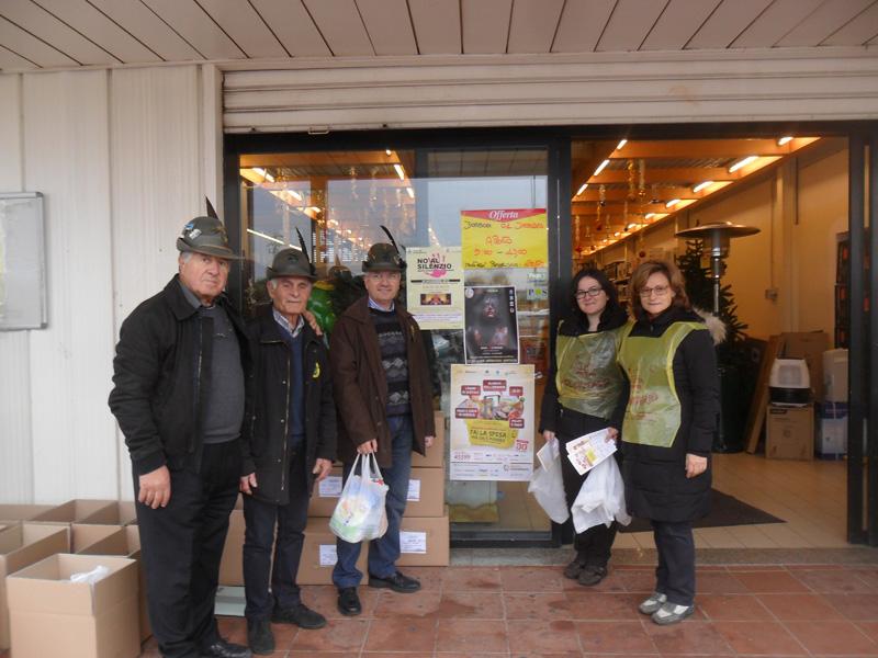 """colletta alimentare a Sannicola presso il supermercato """"Supermac"""". A cura di due gruppi di volontari: gli Alpini e """"Comunione e Liberazione"""""""