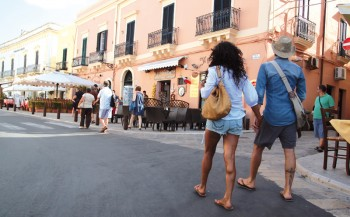 turisti nel centro storico gallipoli (4)