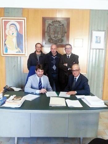 rifiuti aro firma protocollo d'intesa con il conai - a destra sindaco alfredo cacciapaglia . in alto . e Pinoo Petruzzi seduto - parabita