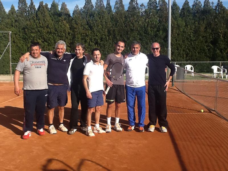 Il gruppo Tennis Club Casarano insieme al direttore sportivo Rocco Piceci