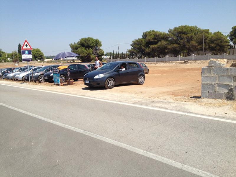 Parcheggi regolari ma vuoti a fine luglio sulla litoranea sud di Gallipoli