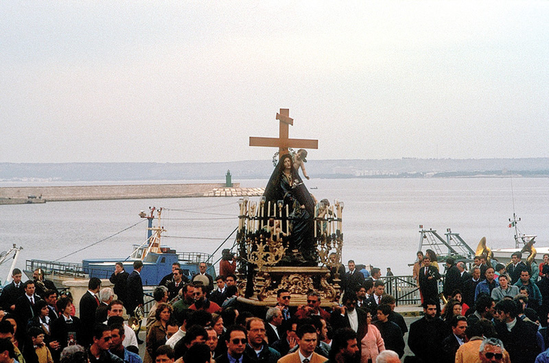 La statua della desolata in processione