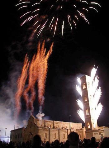 L'incendio del campanile dello scorso anno (foto Pejrò)