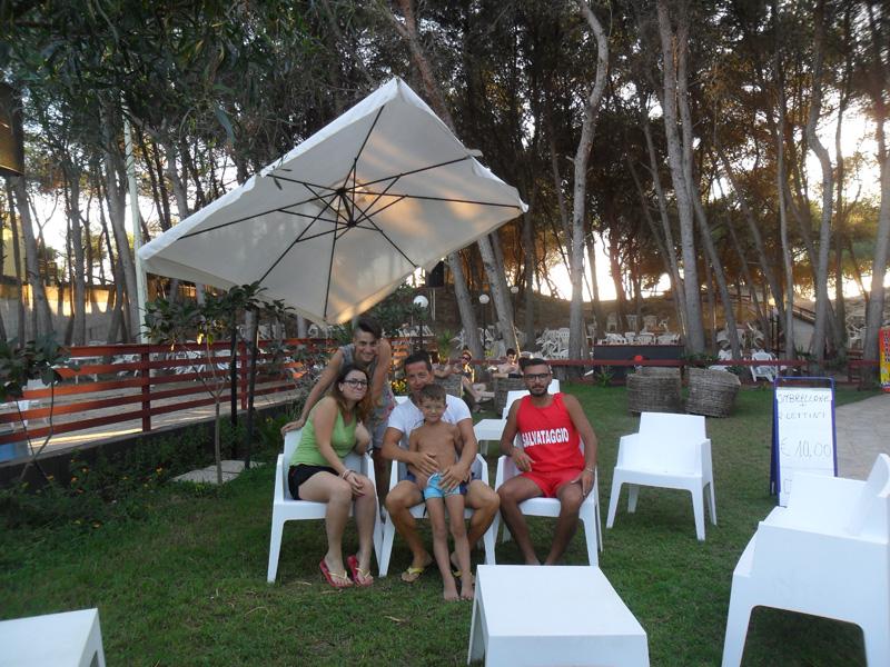Iride beach, lo staff. Al centro Primiceri