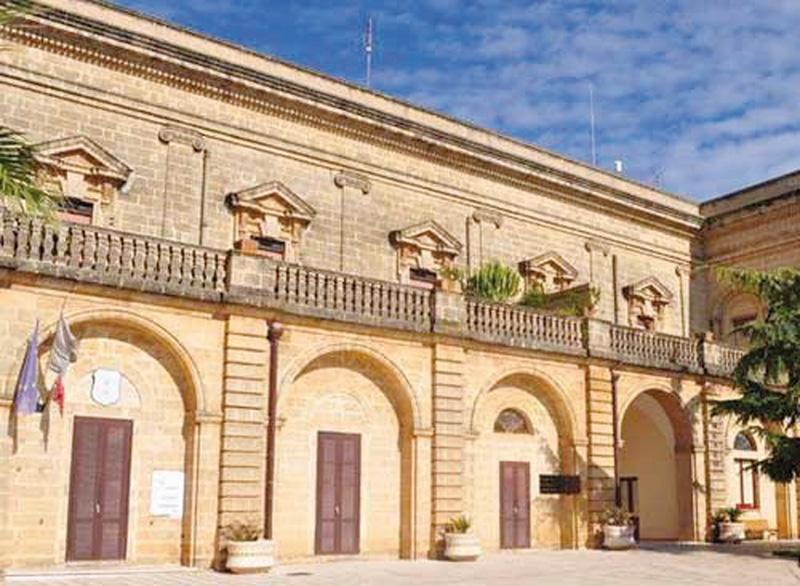 Palazzo Villani, dove si è riunita la Commissione Intercomunale di monitoraggio ambientale; in basso il sindaco Francesco Ferraro