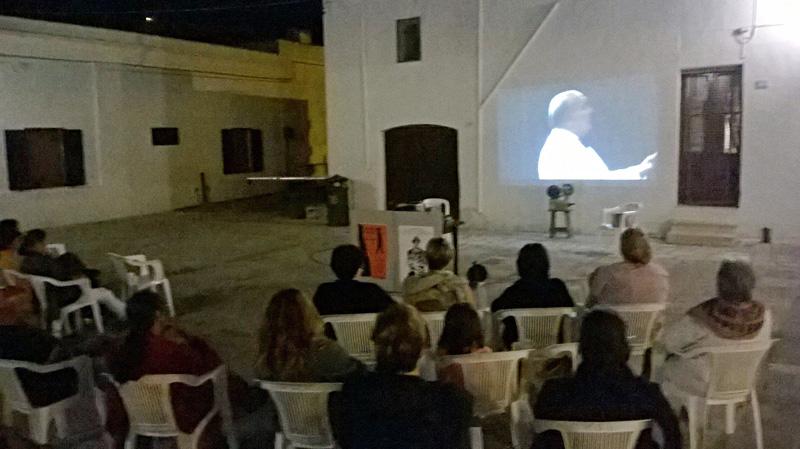 La proiezione di un film in piazza