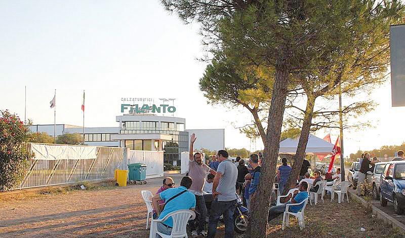 Le proteste dell'estate 2013 davanti all'azienda (foto Pjrò) e, in basso, l'ingresso all'area industriale sulla strada provinciale per Maglie