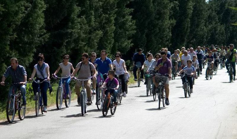 Una passeggiata di maggio scorso. Ultimo a destra il presidente Ermanno Albanese