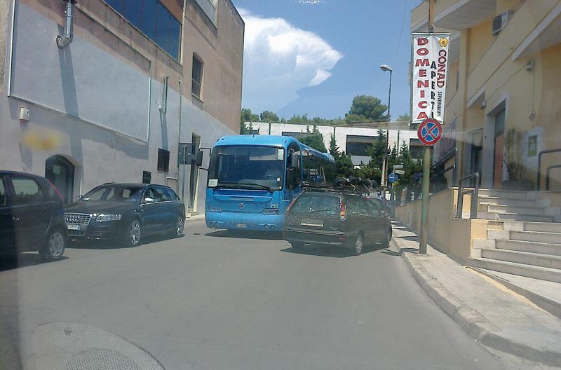 Traffico in tilt su via Ombrone, nei pressi del Liceo Classico. In basso Cosimo Prete, dirigente del Giannelli