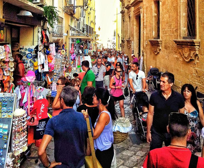 turisti nel centro storico di gallipoli 19-8-14 foto di Luigi Giungato (3)
