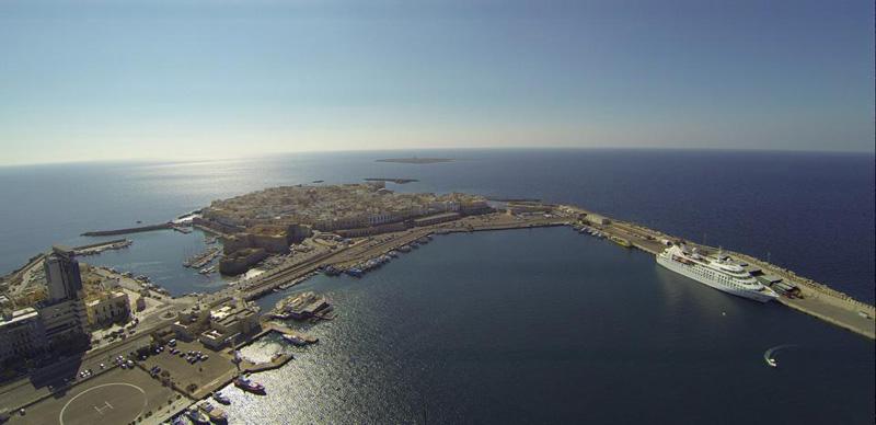 """La nave da crociera """"Seabourn Spirit"""" nel porto di Gallipoli - foto di Alessandro Magni"""