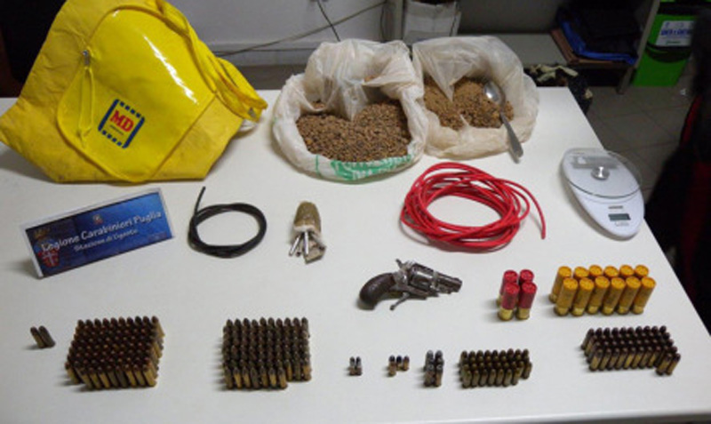 Le munizioni trovate nella busta gialla; nel riquadro Francesco Romano