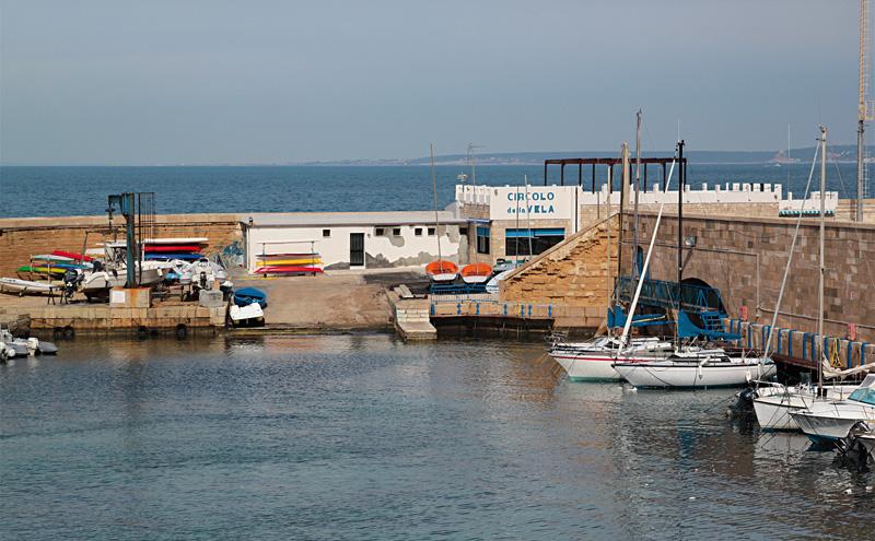 circolo vela visto dalle mura di porto s giorgio gallipoli