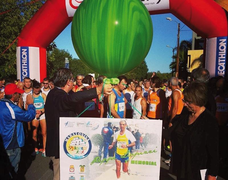 maratonina 201Partenza da via don Luigi Sturzo ( la foto ricorda Pippi Leopizzi) a destra la signora Lina  Marraffa moglie di leopizzi e a sx il sindaco Cacciapaglia (Foto di Parabitalife)