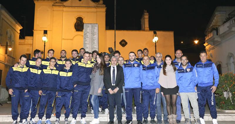Il sindaco Piccione al centro nella foto di Francesca Calò