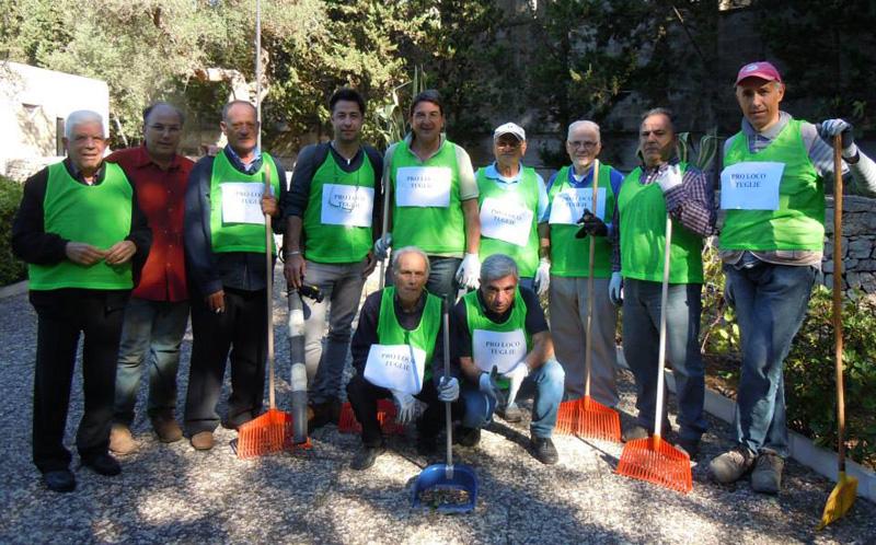 I volontari all'opera nella pulizia del parco delle rimembranze lo scorso 26 ottobre per l'iniziativa organizzata dalla Pro loco