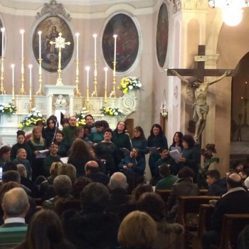 """I ragazzi della cooperativa sociale """"Alberto Tuma"""" nel concerto dello scorso anno, un """"grazie"""" alla comunità"""