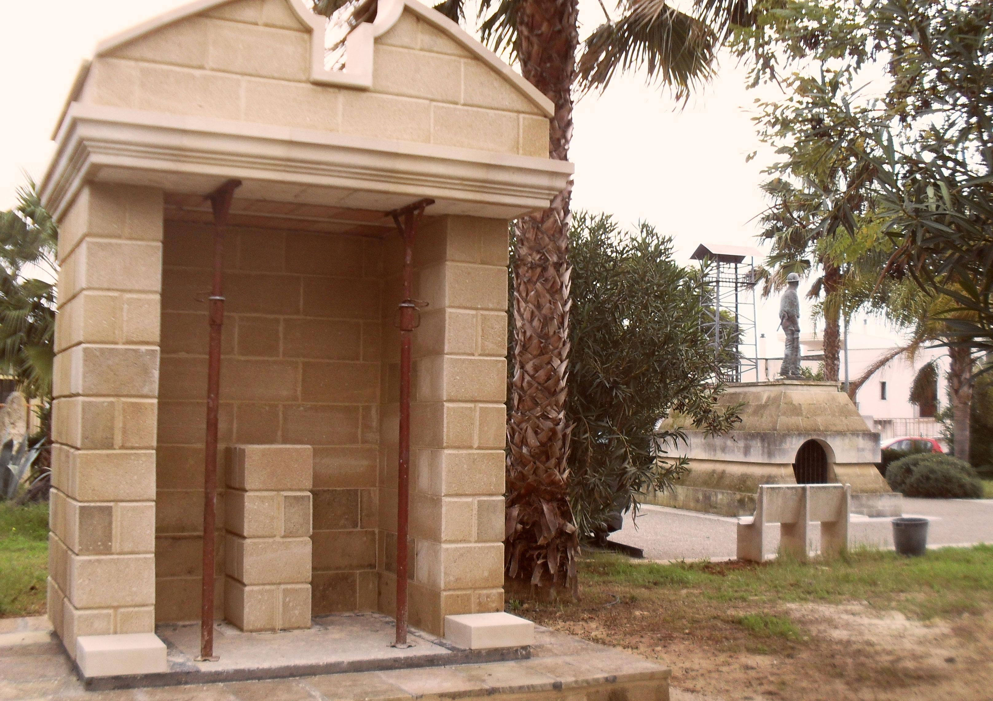 Monumento al minatore ed edicola a S.Barbara costituiscono un omaggio a quanti persero la vita nella tragedia in Belgio. A destra l'edicola; sotto Agostino Margari