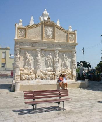 fontana greca con i turisti