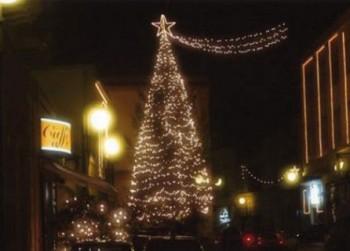Il classico albero di Natale in piazza Municipio