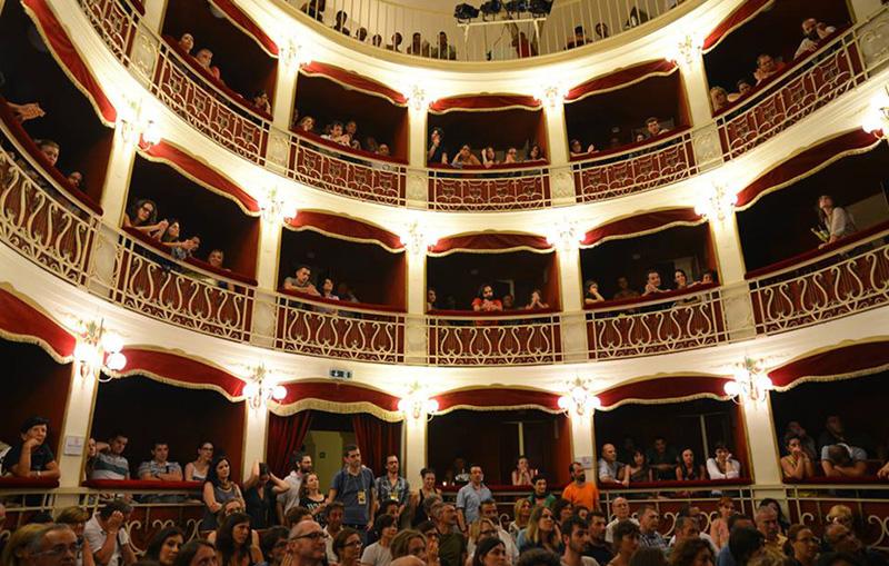 L'interno del teatro comunale di Nardò durante  un evento. Da febbraio ospiterà anche la rassegna teatrale per ragazzi