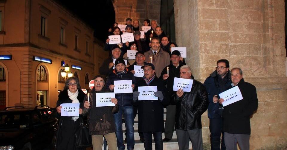 Al centro, con la candela in mano, il Sindaco Gianni Stefàno. (Foto Pejrò)