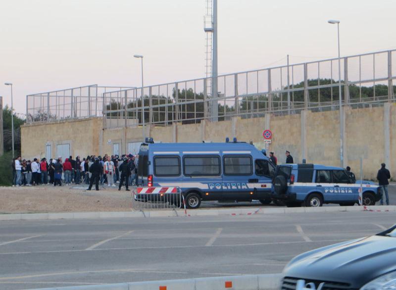 """2 novembre 2014: polizia allo stadio """"Bianco"""" di Gallipoli per la gara contro il Taranto"""