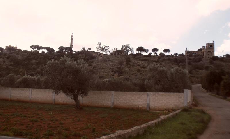 Una bella immagine della serra di Castelforte e in basso un antico sentiero