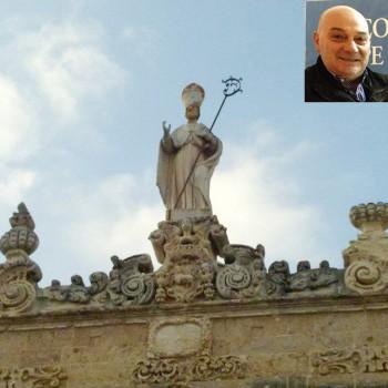 La statura di San Gregorio armeno sul Sedile di piazza Salandra. Nel riquadro il presidente del comitato festa, Cosimo Caputo