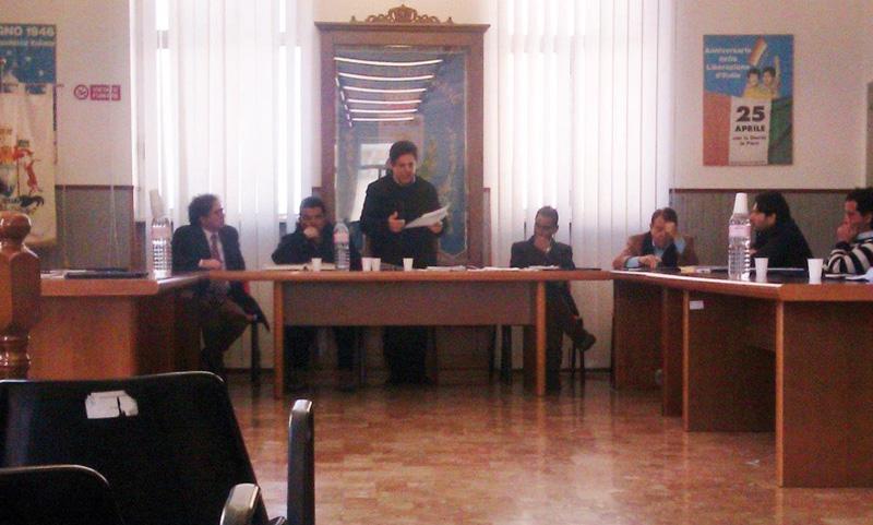 Il Consiglio comunale melissanese. In basso il sindaco Roberto Falconieri
