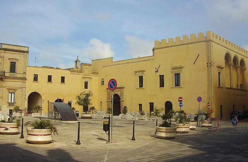 Piazza didel popolo e palazzo baronale  Presicce