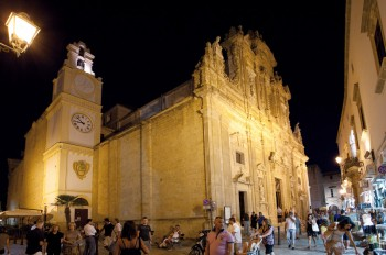 centro storico chiesa s agata con turisti estate 2011 gallipoli foto franco mantegani