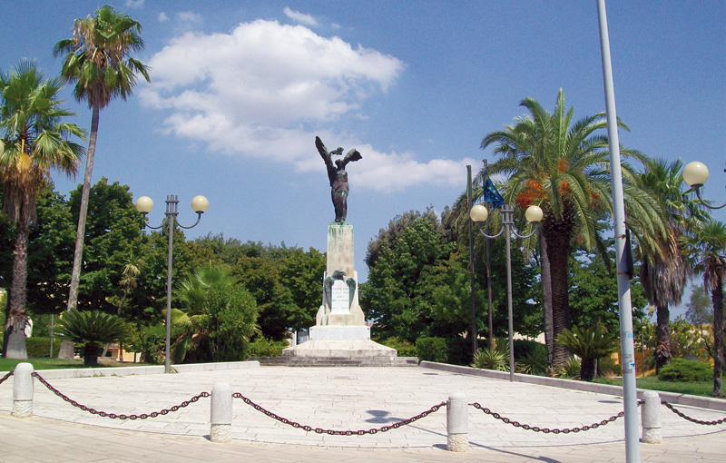 monumento ai caduti presso la villa comunale - casarano