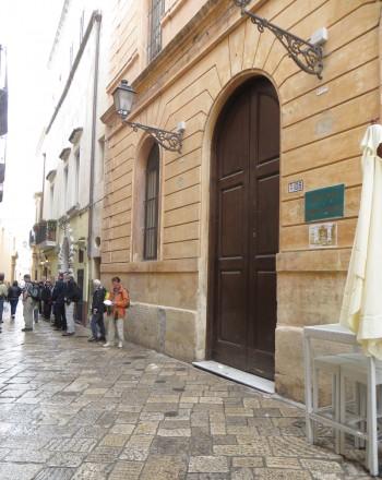 turisti in fila per frantoio e Museo chiuso