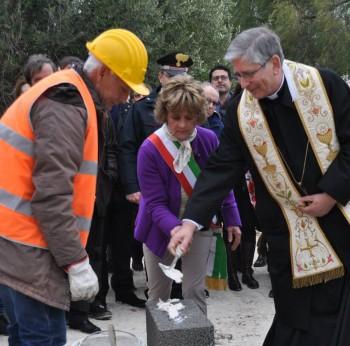 La Cafaro pone la prima pietra della casa per anziani con il vescovo Filograna