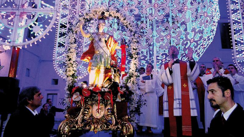 La statua del santo in processione