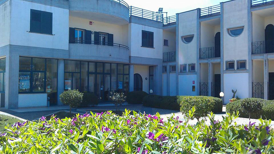 La sede della cooperativa  sociale e, nel riquadro,  la coordinatrice Gloria Manca